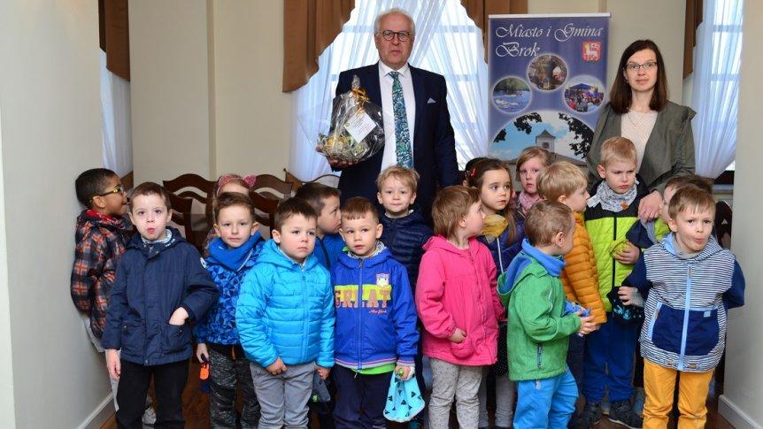 Przedszkolaki z życzeniami Wielkanocnymi u Burmistrza Gminy Brok