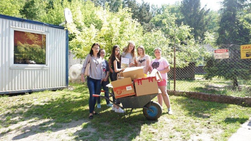 Zbiórka artykułów dla zwierząt ze schroniska przez koło PCK działające w ZPPO w Broku
